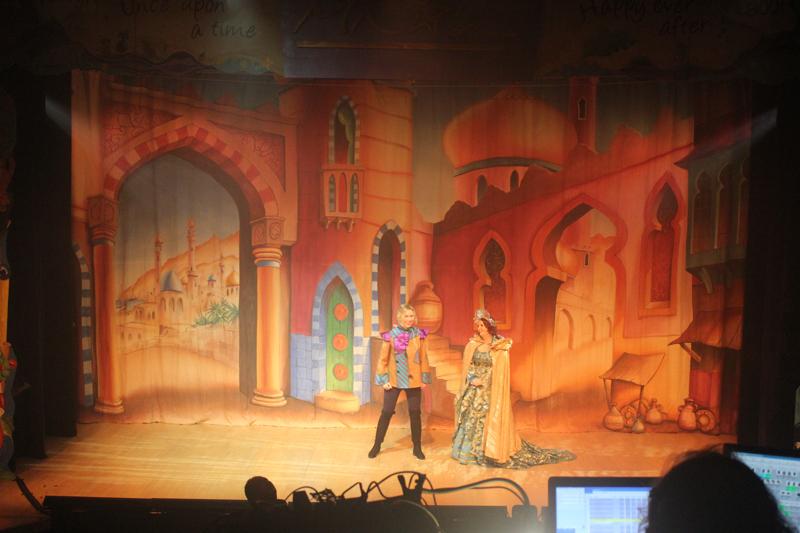 Aladdin and Jasmin at the bazar